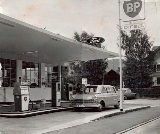 Tankstelle bei der Aegeritalgarage mit Opel Kapitän