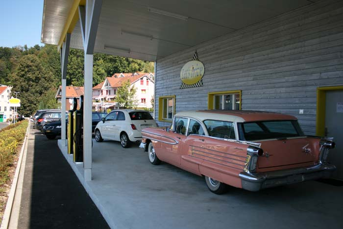 Ansicht der nostalgischen Tankstelle des Let's drive AG mit Oldsmobile 57 Fiesta