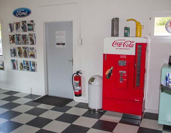 Unser Eingangsbereich innen mit originalem Cola-Automat