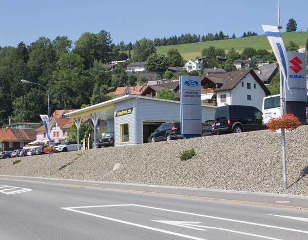 Blick auf Verkaufsgebäude Südansicht von gegenüberliegender Strassenseite