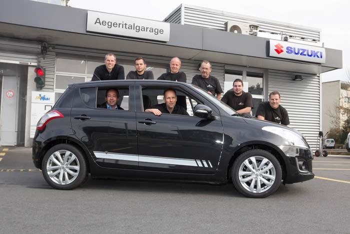 Garage in Unterägeri; unser Team zusammen mit einem Suzuki Swift