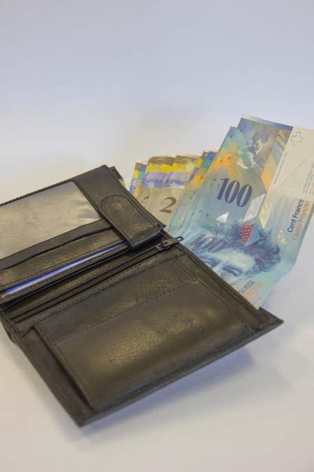 Eine Geldbörse ist mit Banknoten gefüllt