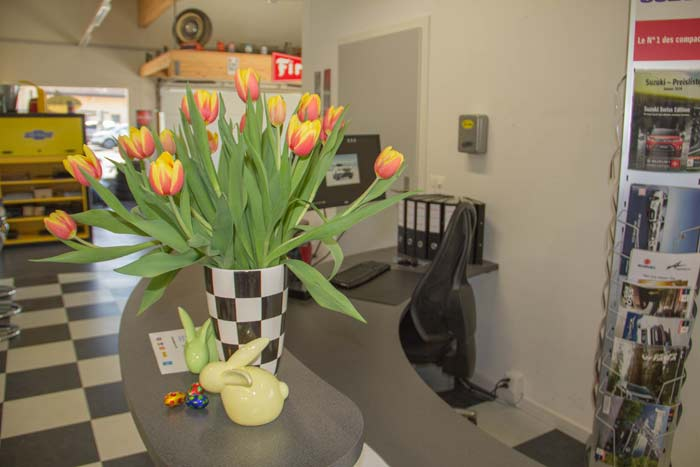 Osterstrauss aus Tulpen in einer Vase auf der Begrüssungstheke des Let's drive