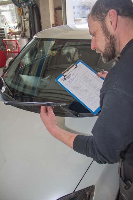 Anhand einer Checkliste führt ein Mitarbeiter an jedem verkauften Fahrzeug verschiedene Punkte durch