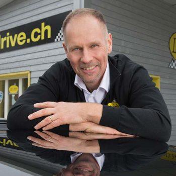 Ein Portrait des Geschäftsführers Walter Bruhin vor dem Let's drive